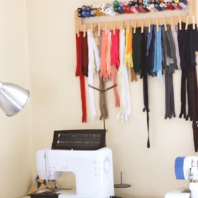 Le panneau ZIP !  Pratique - décoratif - inspirant ... un peu de couleurs dans l'atelier ! Je vous explique tout sur le panneau zip sur le blog   J'espère qu'il vous inspirera ❤️ #instaday #picoftheday #ateliercouture #zip #like4like #passioncouture #frenchblogger #blog #french #toulouse #montpellier #nimes #paris #angouleme #goodnight #coutureaddict #addicted #coudre #sarahbobinch
