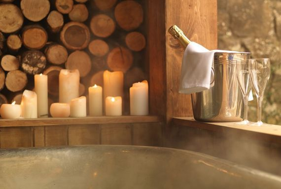 Champagne and candles, for a relaxed atmosphere