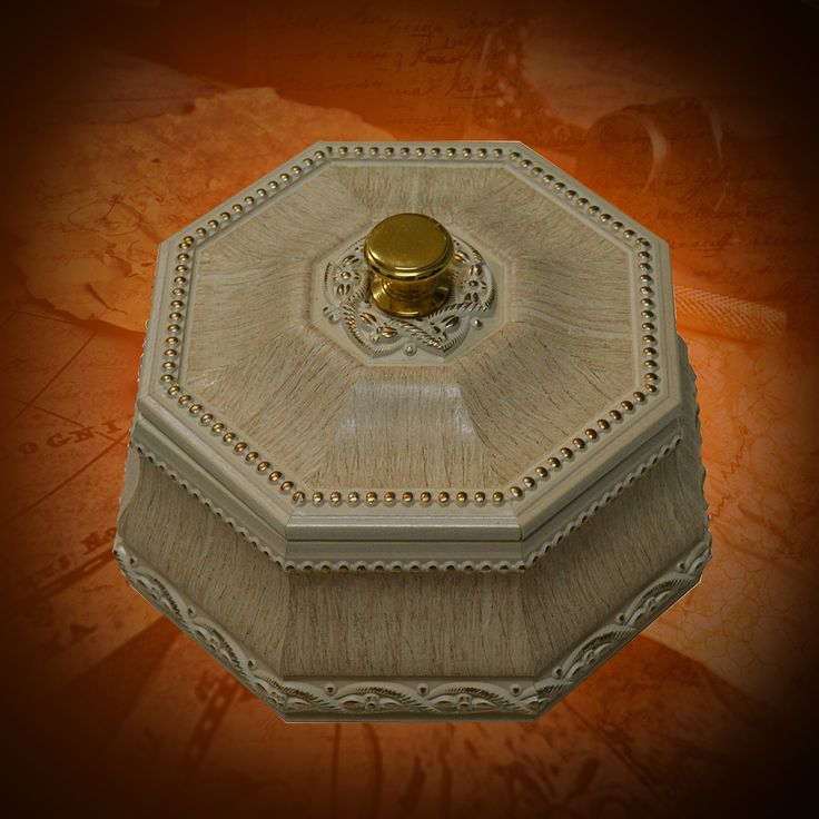Элегантная восьмигранная шкатулка цвета серой кости, украшенная позолоченной резьбой, выполнена в стиле 18 века. Такие шкатулки предназначены для хранения небольших предметов, ювелирных изделий и прочих дорогих сердцу мелочей.