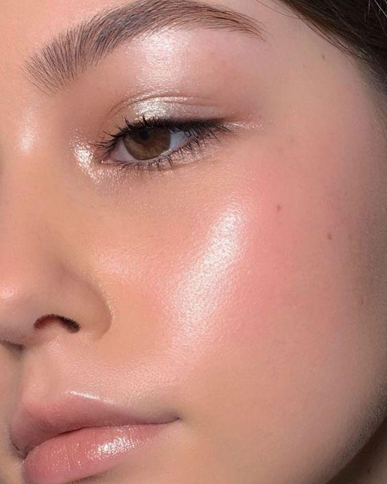 rauchige Augen, kühner Lippenstift und Nagelkunst. Schönes, natürliches Makeup, Makeupidee