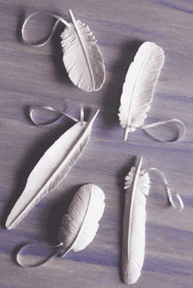 Kerstboomversiering: veren van klei.