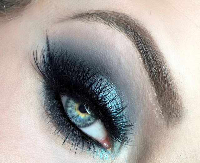 The Eyeball Queen: Smokey Blue Glittery Hues Makeup Tutorial FT. Urban Decay Alice Through the Looking Glass Eyeshadow Pallet