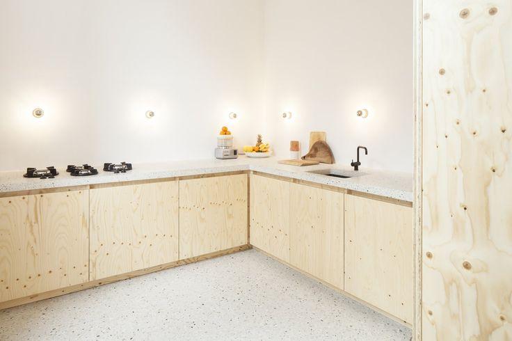 Combinatie hout, wit, mooi vloer en aanrecht, lampjes, mooi gasfornuis. Gewoon heel mooie materialen voor een keuken