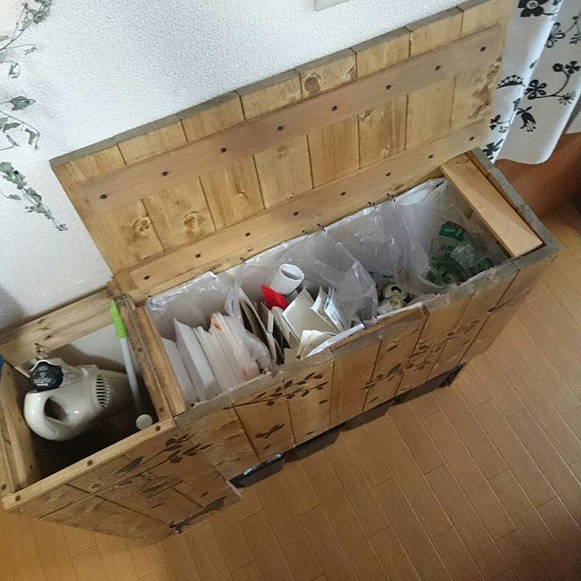 女性で、3LDKのRoomClipmagに掲載されました/ごみ箱/ごみ箱DIY/マキタの掃除機…などについてのインテリア実例を紹介。「分別ゴミ箱の中を撮ってみました。 こんな感じです。 食品トレー&ペットボトル 牛乳パックなどの古紙 アルミ&スチール缶 空きビン という感じに仕切ってます。 左側はハンディ掃除機とお掃除ワイパーの収納スペースです。」(この写真は 2015-12-22 11:32:57 に共有されました)