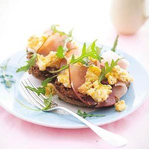 Broodje roerei met rauwe ham