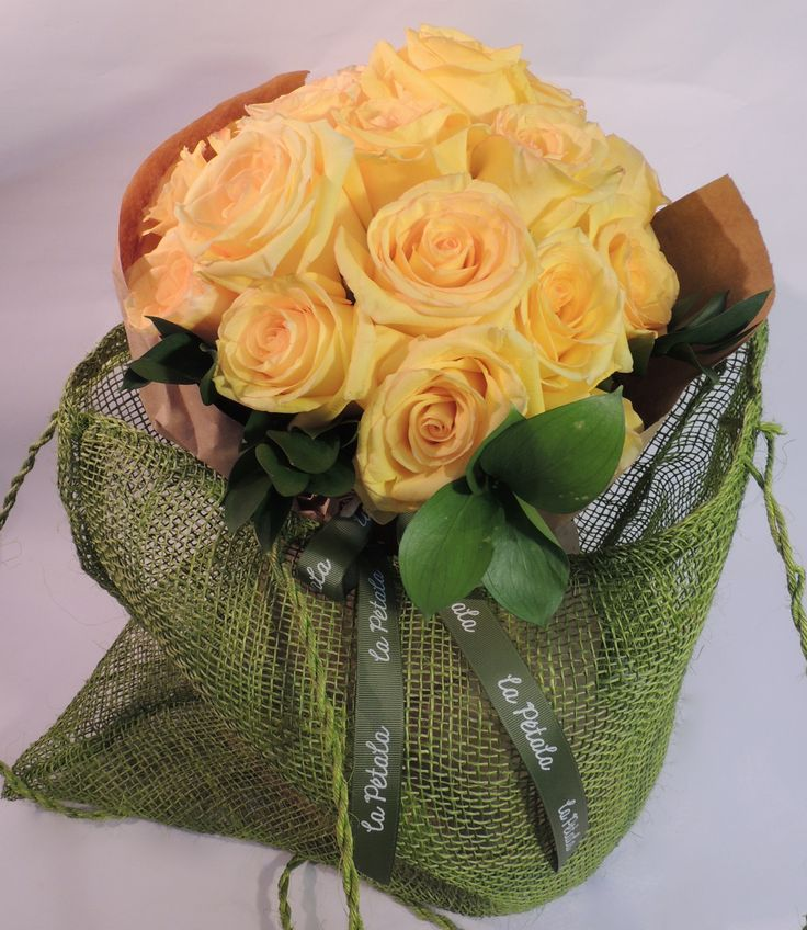 Rustico colombiano: Bouquet de 25 rosas de exportación unidas en un bouquet de tallos en pie con follaje.  Este producto se entrega en bolsa de malla tejida a mano. Solicítalo ya: Teléfono +571 2159030 - 3053336786o al correo electrónico clientes@lapetala.... Precio: $ 120.000