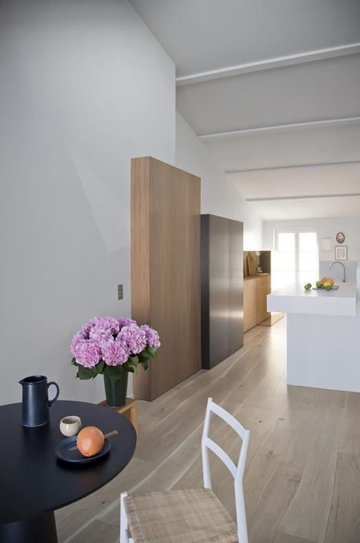 Sotto i tetti di ParigiLA ZONA PRANZO È contraddistinta da un contrasto di abbinamenti tra classico e moderno, come accade in tutto il resto della casa: sedia '699 - Superleggera' di Gio Ponti per Cassinainsieme al tavolo 'Container 7043' di Marcel Wanders per Moooi.