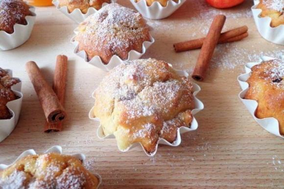 I muffin alle mele con ricotta e uvetta sono dei dolcetti soffici e golosi, perfetti per la colazione e la merenda. Ecco la ricetta