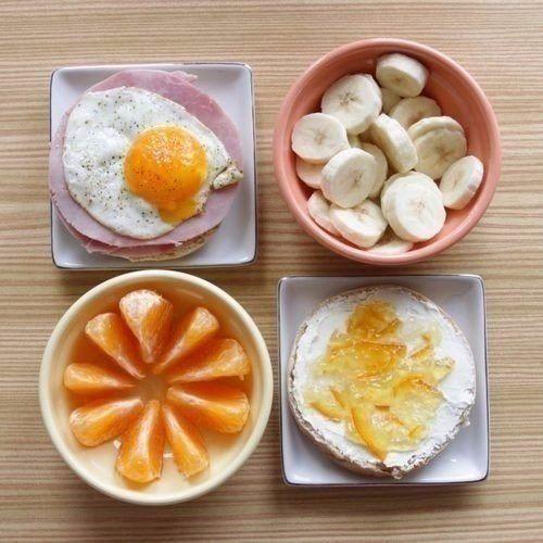 1. Овсянка с черникой и миндалем. С точки зрения сбалансированного питания — это прекрасное начало дня. Добавьте в овсянку размороженную чернику, тертый миндаль, посыпьте все корицей и положите немного меда. Эти продукты богаты питательными веществами, протеином и клетчаткой. 2. Мюсли. Добавьте ягод, йогурта или молока, и полноценный завтрак готов! 3. Яичница с зеленью или омлет с овощами. Этот завтрак походит