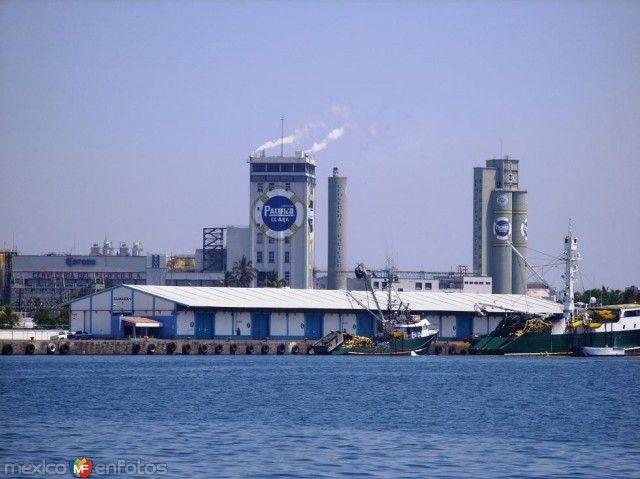 "Muelles Fiscales,al fondo Fabrica de cerveza ""Pacifico""."