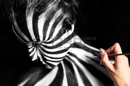 Artista crear arte corporal en el cuerpo de la chica Mira como modelo de la cebra de la piel Foto de archivo