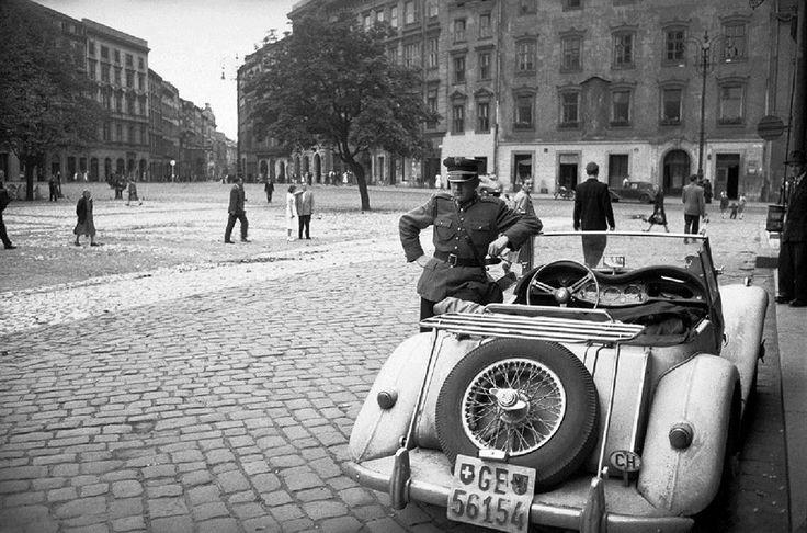 1956 rok, samochód austriackiego fotografa - Ericha Lessinga na krakowskim rynku.