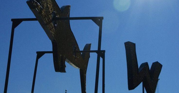Cómo hacer un plan de diseño para veletas animadas. Un molinete o veleta animada es un ornamento de jardín, a menudo con forma de pájaro, con dos hélices giratorias con forma de alas. Hay versiones animadas más complicadas que pueden parecerse a un bote a pedales, o hasta un hombre cortando o martillando algo. Estos ornamentos impulsados por el viento son lo suficientemente simples como para que ...
