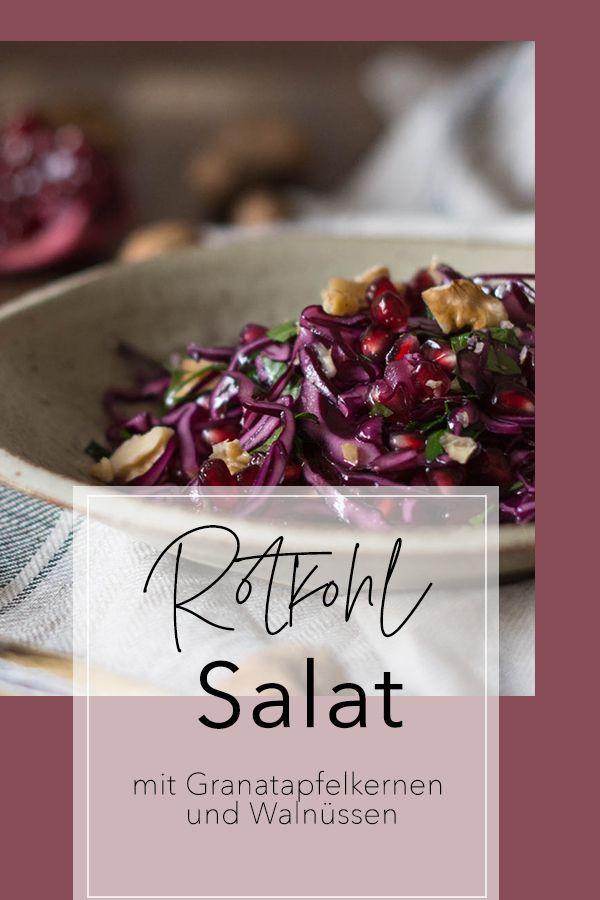 Fruchtiger Rotkohlsalat mit Granatapfelkernen und Walnuss