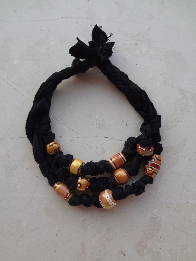 Collana fatta con perle di terracotta, fatte e dipinte a mano