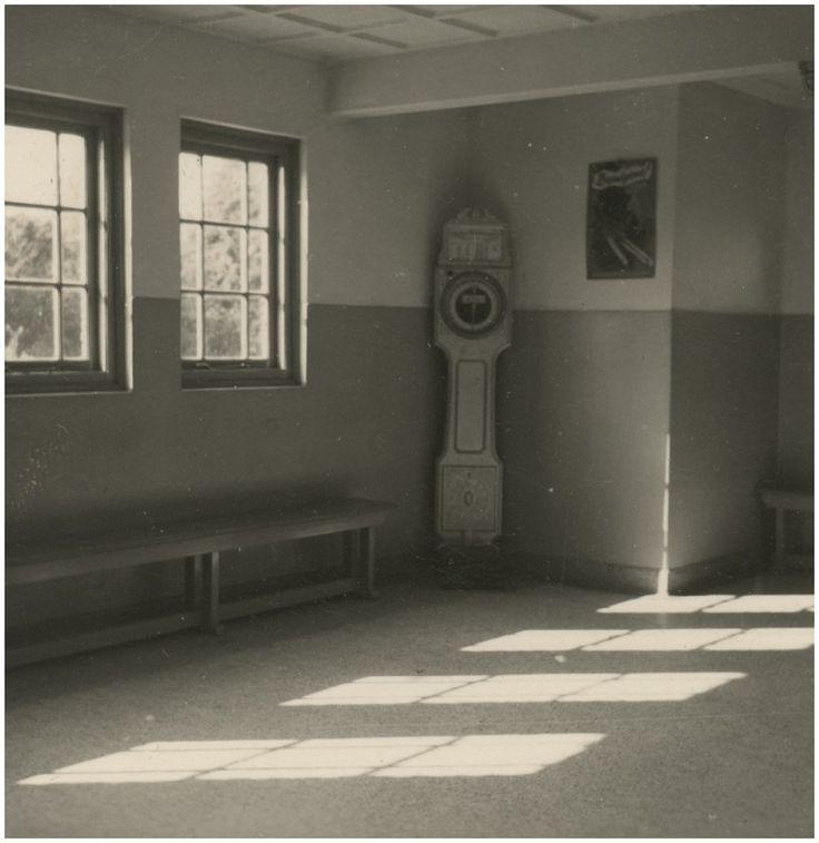 Uit een serie van 11 foto's van het in 1930 gebouwde Eindhovense badhuis aan het Lavendelplein. Een bad of douche thuis was bij lange na nog geen gemeengoed, eerder een zeldzaamheid. Een regelmatige lichaamsreiniging was echter een zaak van nationaal belang. Het was een wapen in de strijd tegen tuberculose, vlooien en ander ongedierte, en onwelriekende lichamen. Klik door op de foto!