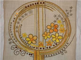 Underbar RETRO broderad bonad med blommor i gult och orange. 60-tal?