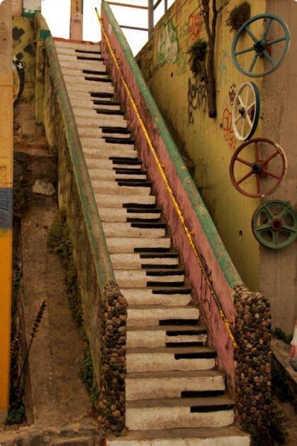 Escaleras de Piano - Valparaíso, Chile Arte por el Mundo  #Valparaiso #Chile #PianoStairs #Piano #Viajar #Viaje #Avantrip #Mundo #Pasaje #Vuelo #Arte #StreetArt #ArteCallejera #Travel #Turismo #Vacaciones