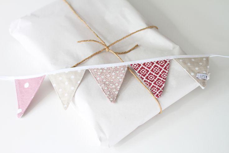 Vimplar i sobra, rosa toner. Perfekta att ge bort i present eller att behålla själv. Mer info på bloggen: litenelsa.blogg.se #vimpel #vimplar #paket #paketinslagning #present #wrapping #rosa #mönster #litenelsa