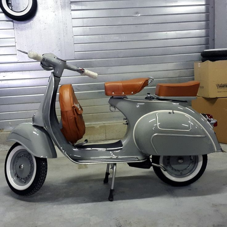 Vespa type N par Vintage. Like the paint
