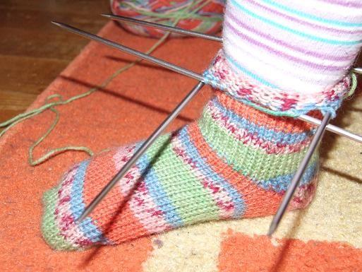 Zokni 24-es duci lábikóra.Az aldis zoknifonalból 3-as tűvel a legjobb kötni.A kötést én a zokni orránál kezdtem, felszedtem 20 szemet. Ez a zokni bőségének a fele.1. sor: A kézről kezdésnél ezután egy sor fordítottal folytatom, annak irányában állnak a szemek ugyanis.2.…