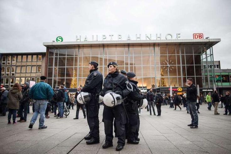 Politie-agenten patrouilleren voor het centraal station in Keulen.