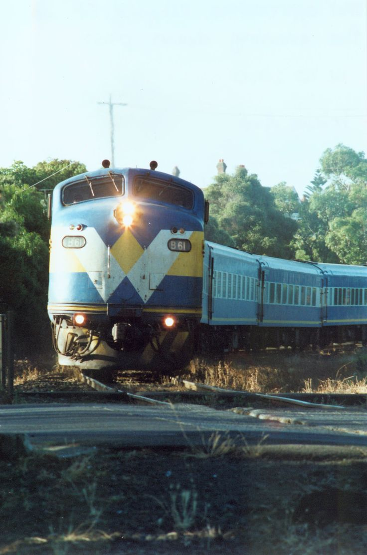 B61 crossing Kilgour St. on the evening down pass