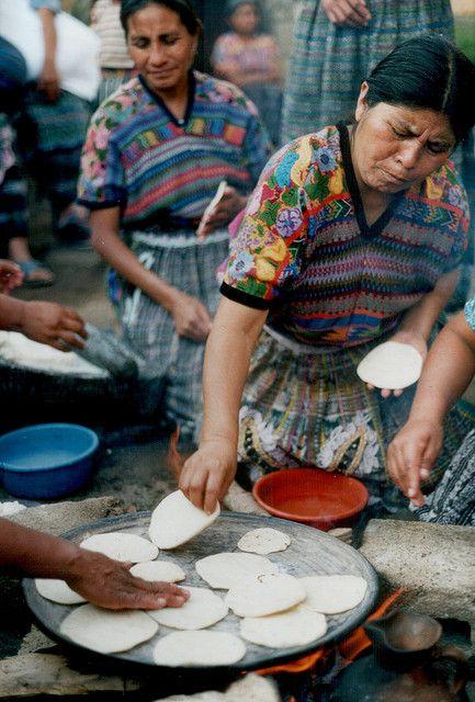 haciendo tortillas en mercado callejero.MEXICO