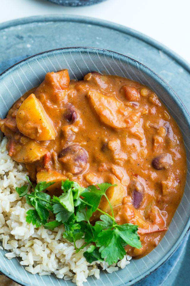 Smagfuld vegetarisk indisk curry med kartofler, linser, kokosmælk og brune bønner. Spises med naanbrød og brune ris - toppet med koriander.