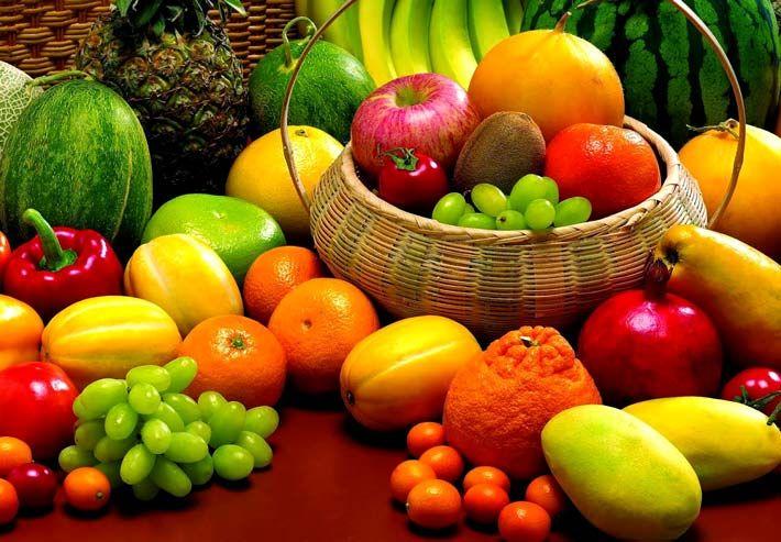 Alimenti e bevande con proprietà diuretiche:   0. In generale, frutta e verdura di stagione;  1. Frutta come ananas, agrumi, e anguria;  2. Ortaggi come finocchi, carciofi, asparagi e cetrioli;  3. Bibite contenenti teina/caffeina (con moderazione); tè e caffè;  4. Erbe diuretiche come tarassaco, equiseto, borragine, ortiche;   Per saperne di più >>> http://www.piuvivi.com/alimentazione/cibi-bibite-diuretici-favoriscono-la-diuresi.html <<<