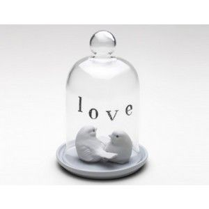 Redoma de vidro LOVE com o prato em porcelana branca. Para dar um ar mais romântico na decoração. Use com arranjos de flores, brinquedos antigos, santos, ou com algum objeto em destaque. Solte a sua imaginação e deixe o seu ambiente ainda mais bonito com essa Redoma de Vidro.
