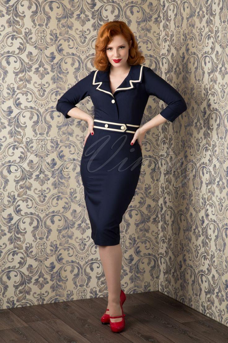 Ship Ahoy... Deze50s Emma Pencil Dress in Navy van Daisy Dapper is adembenemend mooi en... exclusief verkrijgbaar bij TopVintage!Prachtig nauw aansluitend jurkje met een speelse sailor touch! De mooie brede kraag in marine stijl is afgezet met cremekleurige biesjes en sluit door middel van 1 stoffen knoopje op de buste waardoor er een sexy maar stijlvol decolleté ontstaat. De taille wordt mooi benadrukt door het vaste riempje dat door zijn cremekleurige biesjes en knoopjes de na...