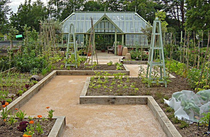Love this design and the greenhouse in the back. Those English and their gardens! :)