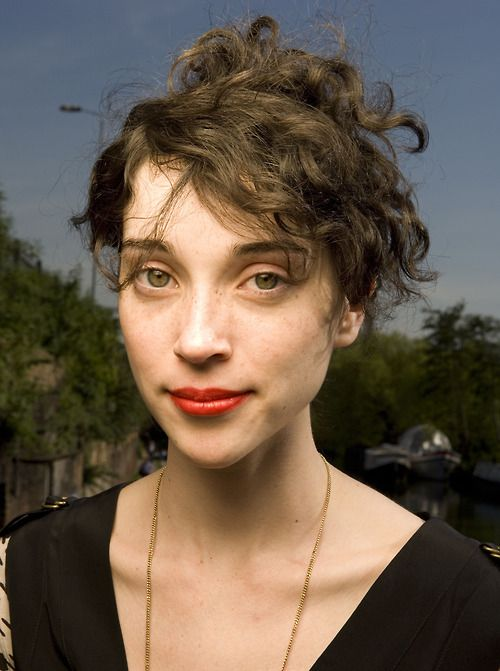 curly hair up-do (annie clark aka st. vincent aka cutest person ever)