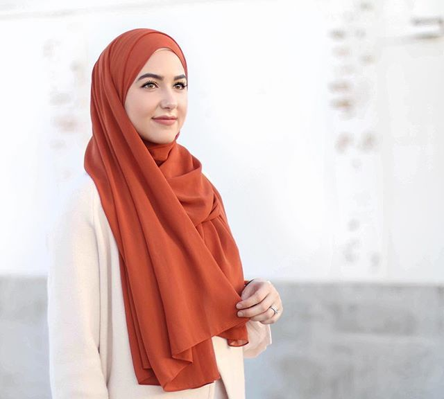 Loving this color lately!! Wearing @veronacollection georgette hijab in rust ✨Check out their Black Friday sale today!