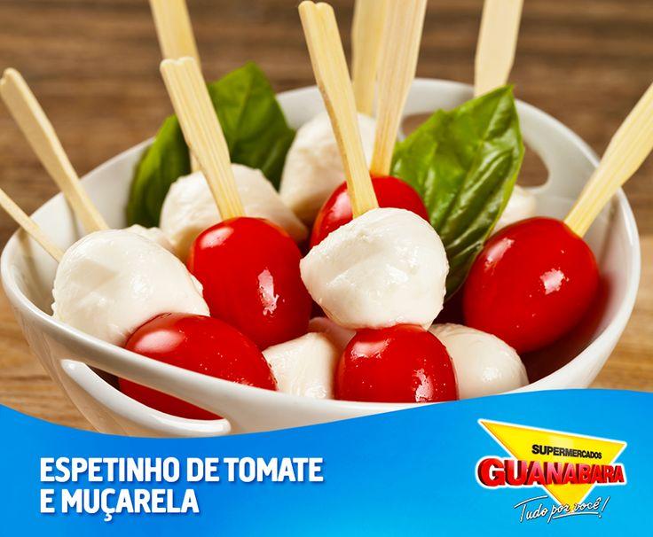 Espetinho de tomate e muçarela. Que tal um snack mais saudável para o seu lanche da tarde? Você pode fazer espetinhos com tomate cereja, muçarela de búfala e manjericão. Se preferir, tempere os espetinhos com sal, azeite e pimenta.