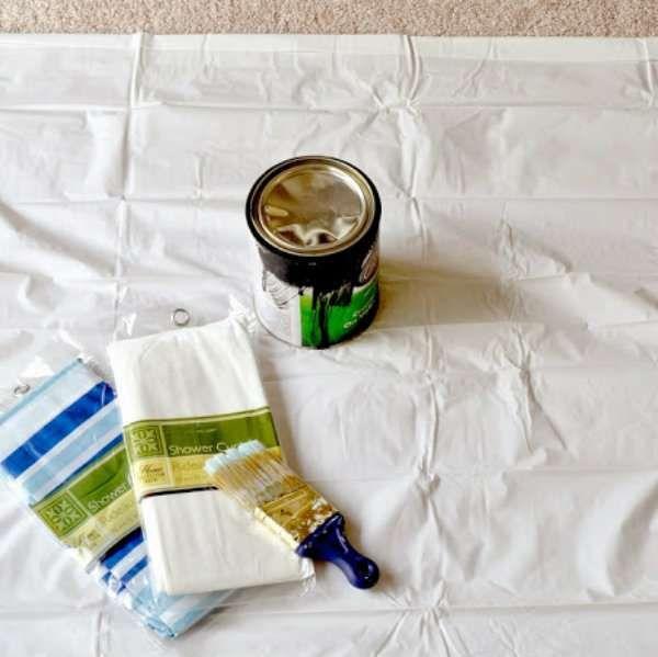 Utiliser un rideau de douche pour protéger le sol et les meubles des éclaboussures de peinture