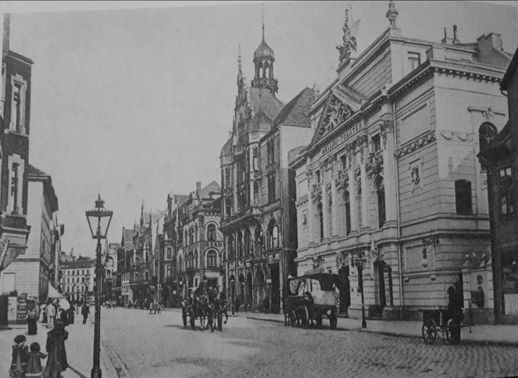 Artilleriestraße, welche 1953 zur heutigen Kurt-Schumacher-Straße umbenannt wurde. Das historische Bild zeigt das 1954 abgerissene Mellini-Theater, welches in der Flucht der Odeonstraße gestanden hatte.