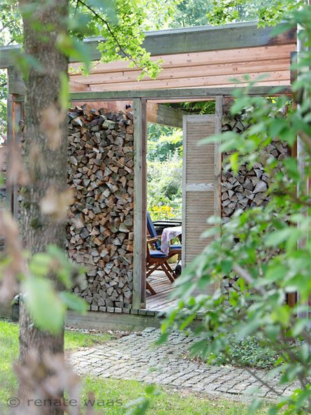 Sichtschutz für die Terrasse aus geschnittenem Holz