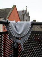 Серый шарф с рюшами, связанный на спицах