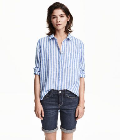 5-pocket, knee-length shorts in washed stretch denim with a regular waist and slim legs with sewn cuffs at hems.