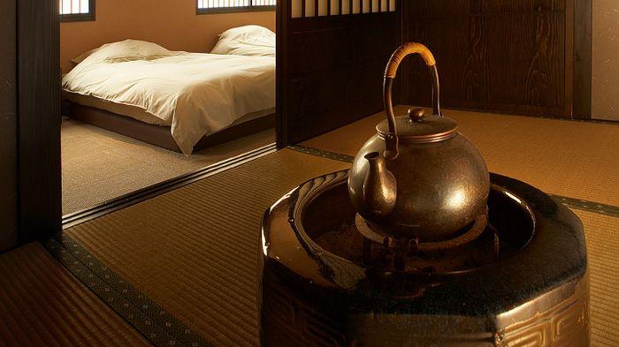 珍しい八角の火鉢が素敵ですね。