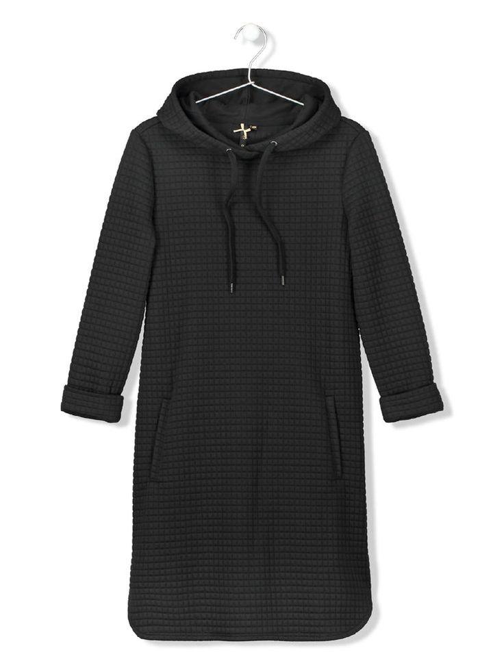 Robe longue forme sweat. Capuche avec cordons à nouer.  Manches longues. 2 poches côté. Longueur robe 88cm. Une robe pour cocooner bien au chaud chez soi.