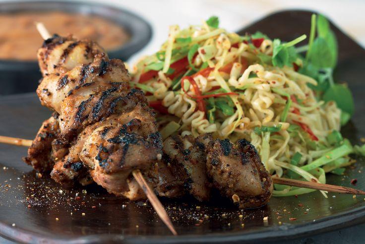 Jättegott recept på kycklinggrillspett med jordnötssås. Servera kycklingen med nudlar och krispiga grönsaker.