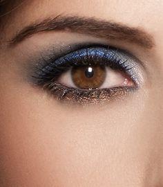 Haz resaltar tus ojos cafés usando sombras en colores verde olivo y azul marino. #Eyes #Makeup #Consejos #Tips #Beauty