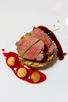 Pochierter Rehrücken auf Pfifferlingstatar mit Birnen auf einem Preiselbeerspiegel und Rotweinsauce