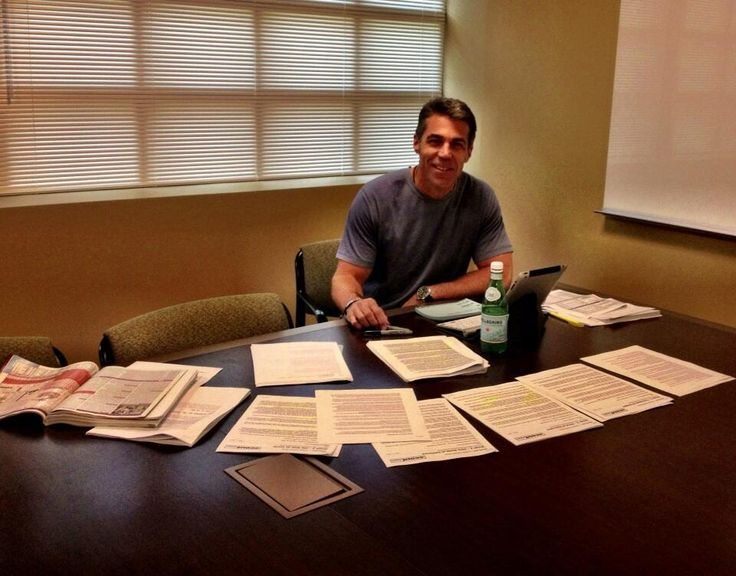 Chris Fowler studies up with his Phil Steele College Football Preview