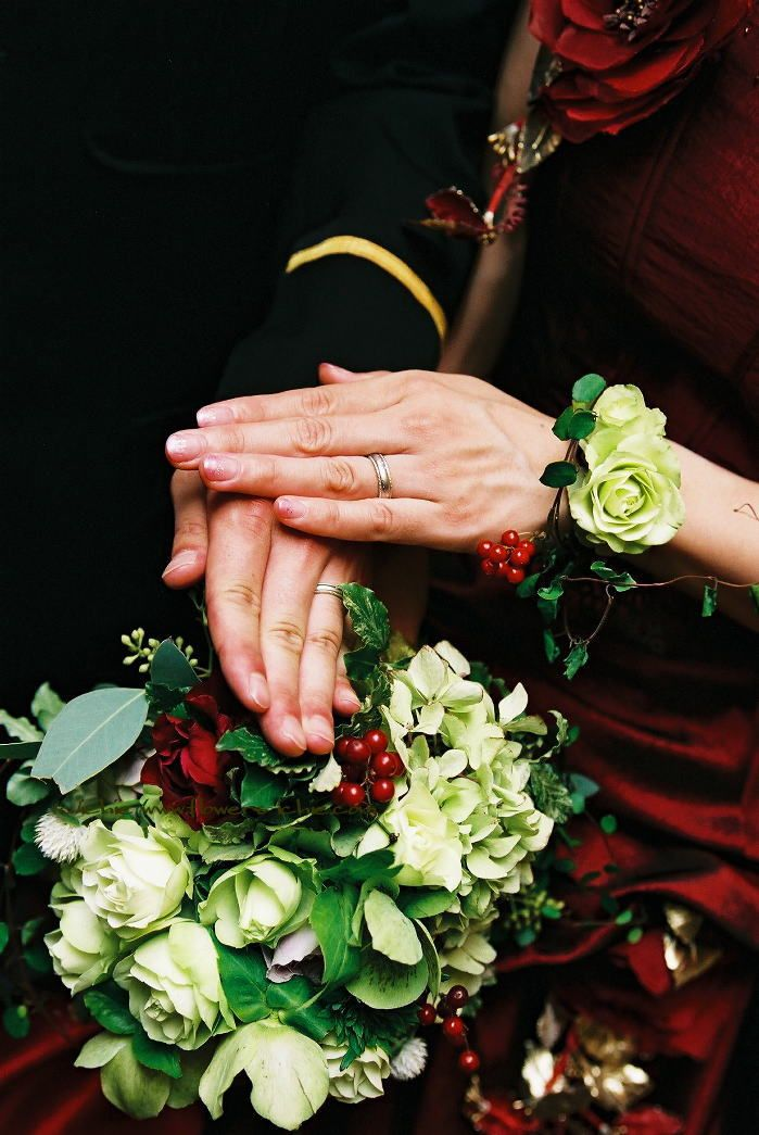 ブーケとリストレット 緑のクリスマスローズを赤のドレスに