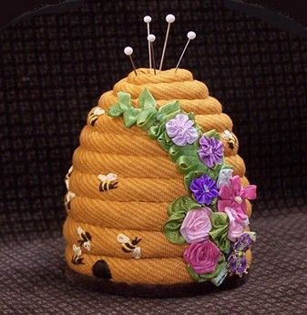 Is this pin cushion cute, or what! I think I want to crotchet one of these, or sew with fabrik scraps. :D