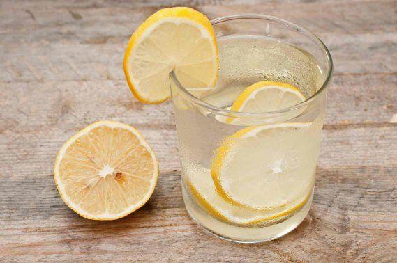 Sai quali sono i benefici dell'acqua calda con il limone bevuta al mattino a digiuno? Farà davvero dimagrire? Scopri tutto quello che c'è da sa
